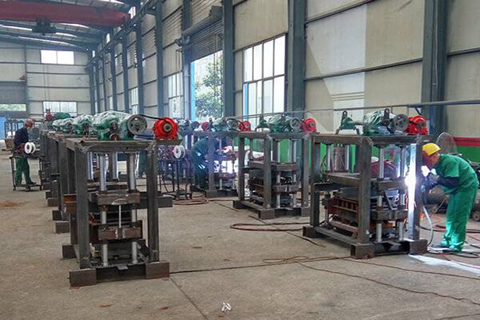 giantLin QT40-2 small concrete block making machine in production